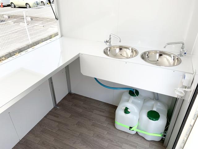 ステンレス製の丸型の可愛い2層シンクと、 蛇口、電動給水ポンプ、給排水タンクを 標準装備